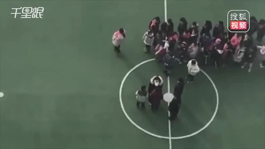 小学女老师在操场上推打学生