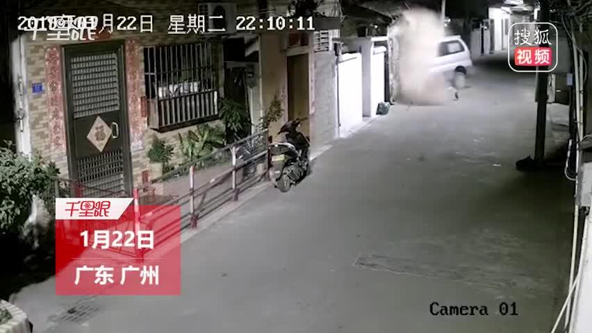 """面包车窄巷内行驶被""""绊脚"""" 一头撞进民房"""