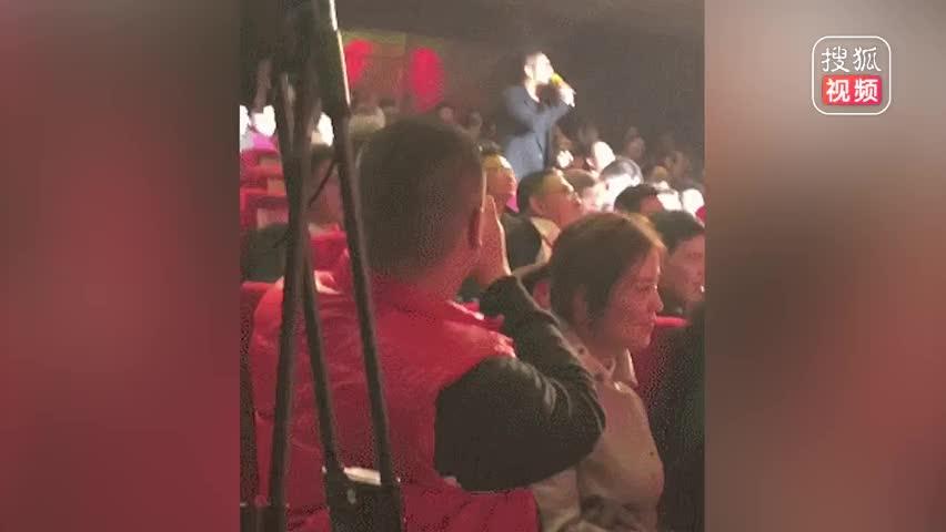 胡海泉现身某公司年会独唱《奔跑》