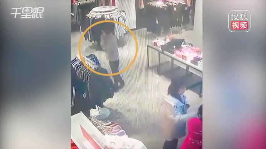男子跻身而过秒偷手机