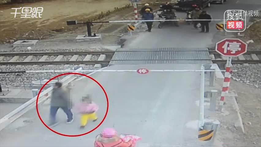 男子强闯铁道口逼停火车 监护员劝阻遭暴打