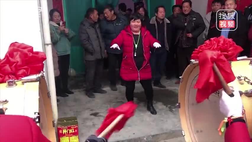 农民大妈魔性指挥乐队走红网络