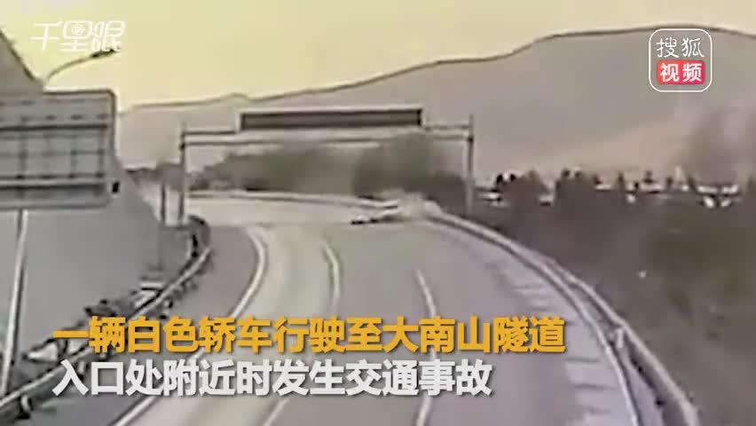 疾驰小车高速失控撞护栏