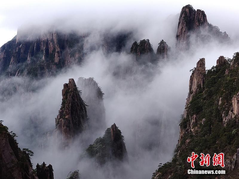 雨后黄山云雾缭绕宛如仙境