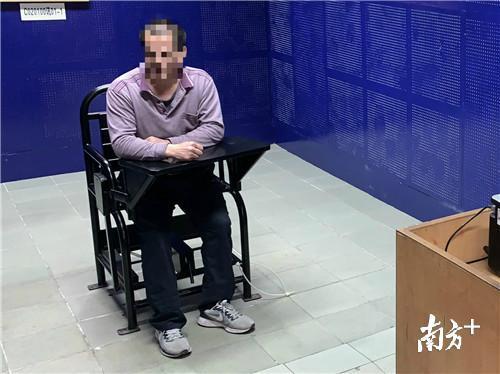 珠海一男子公交上玩手机坐过站,拉扯司机被刑拘