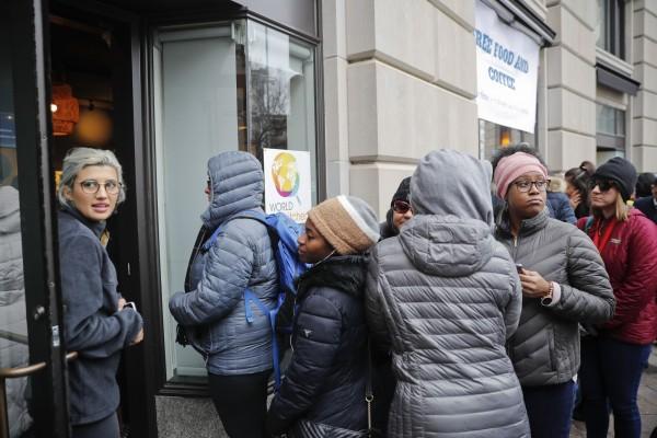 难民营?美政府近1月没开门 公务员排队领免费餐