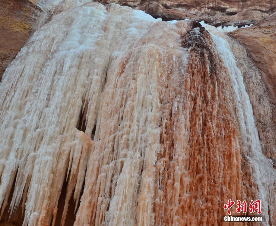 甘肃赤壁结出多彩冰瀑