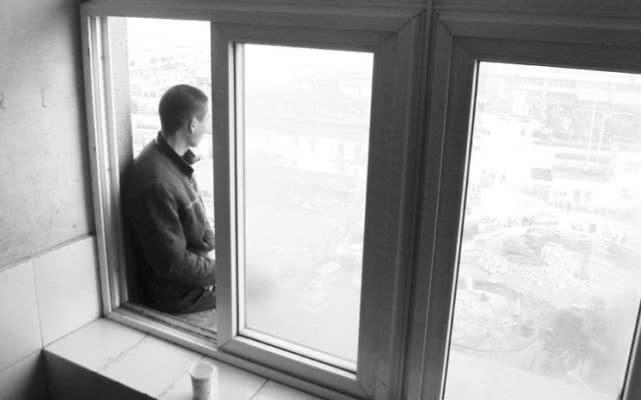 台山男子爬高层阳台轻生 拘5日