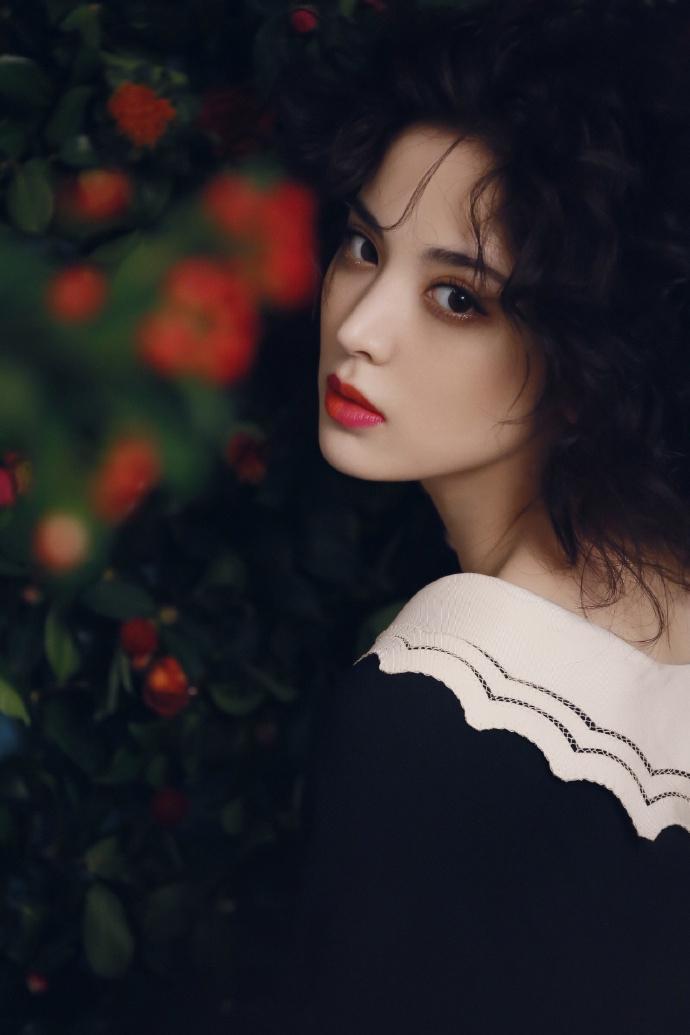 娜扎穿黑裙留浪漫卷发