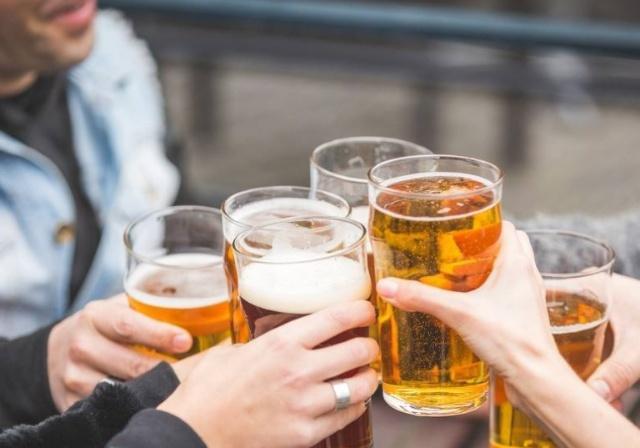 男子年会上过量饮酒死亡,家属向没喝酒同事索赔20万被驳回