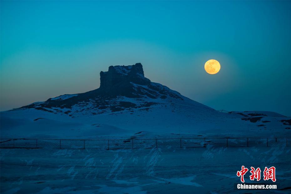 夕阳明月映照雪色敦煌