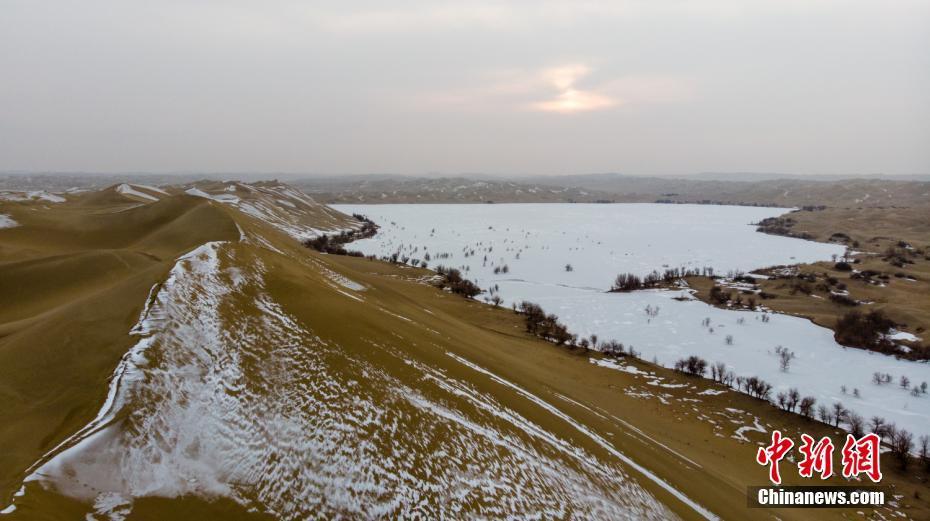 新疆沙漠雪景美如画