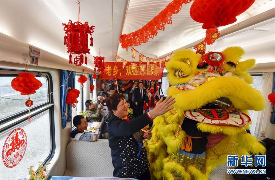 """列车上""""春节联欢会"""""""