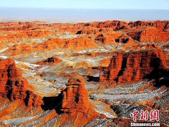 甘肃张掖平山湖大峡谷雪映红岩冬景别致