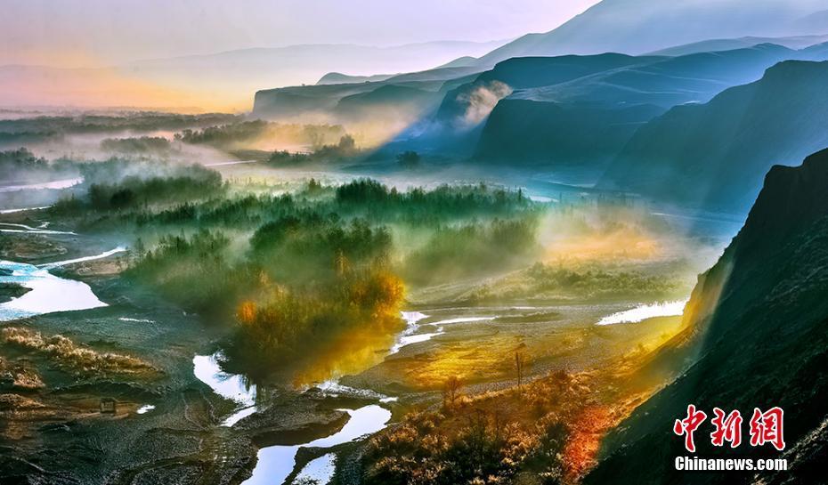 河谷層林盡染美如畫