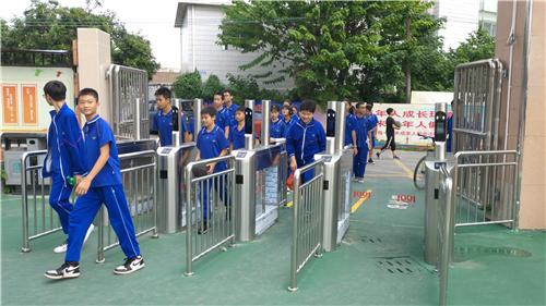 江海区多所中小学实行刷脸进出校园
