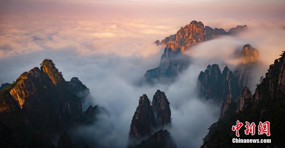 安徽黄山秋日云雾如纱