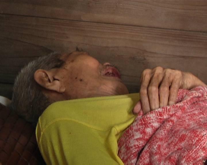 八旬老人瘫痪在床 养育有五个子女却少露面