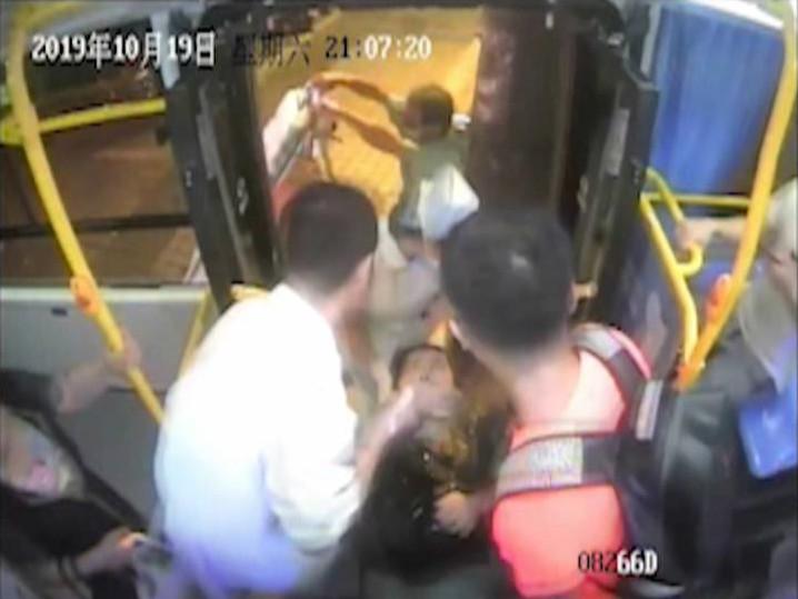 乘客突然晕倒 公交司机紧急将其送院治疗