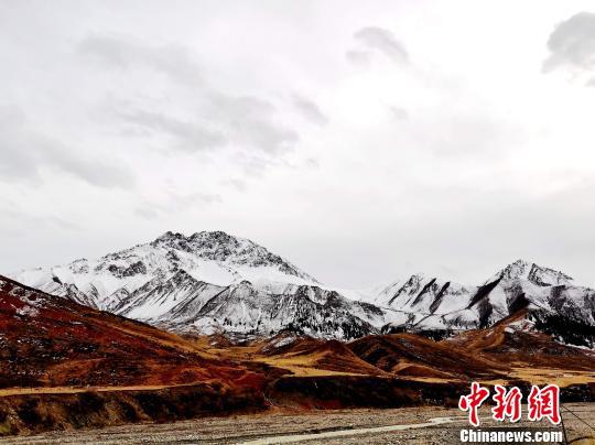 青海祁连山区白雪皑皑