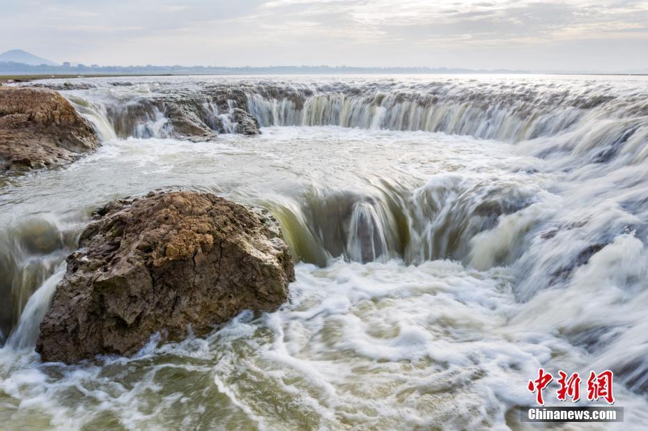 江西鄱阳湖现瀑布奇观