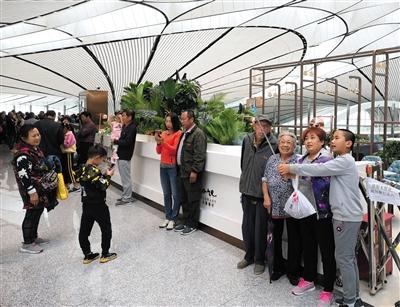 大兴机场成国庆游网红景点 3日游客旅客比为23:1
