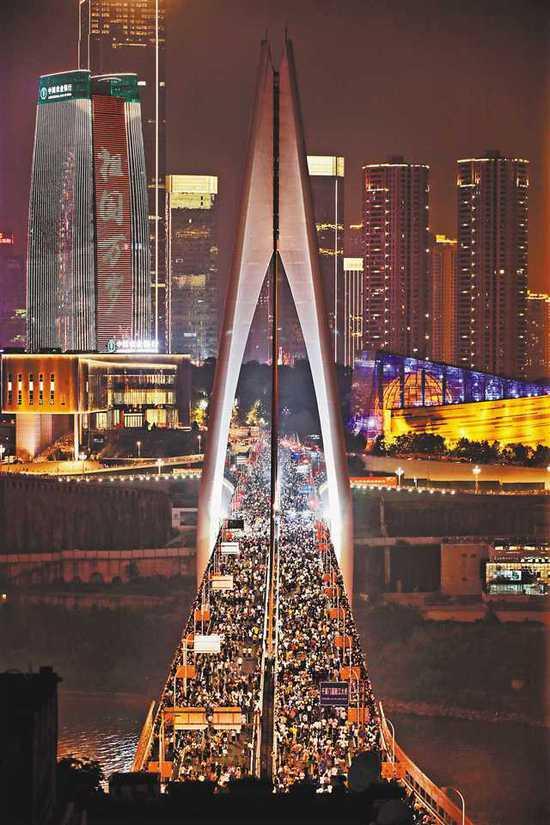 赞!重庆温馨提示市民把更多空间留给外地游客