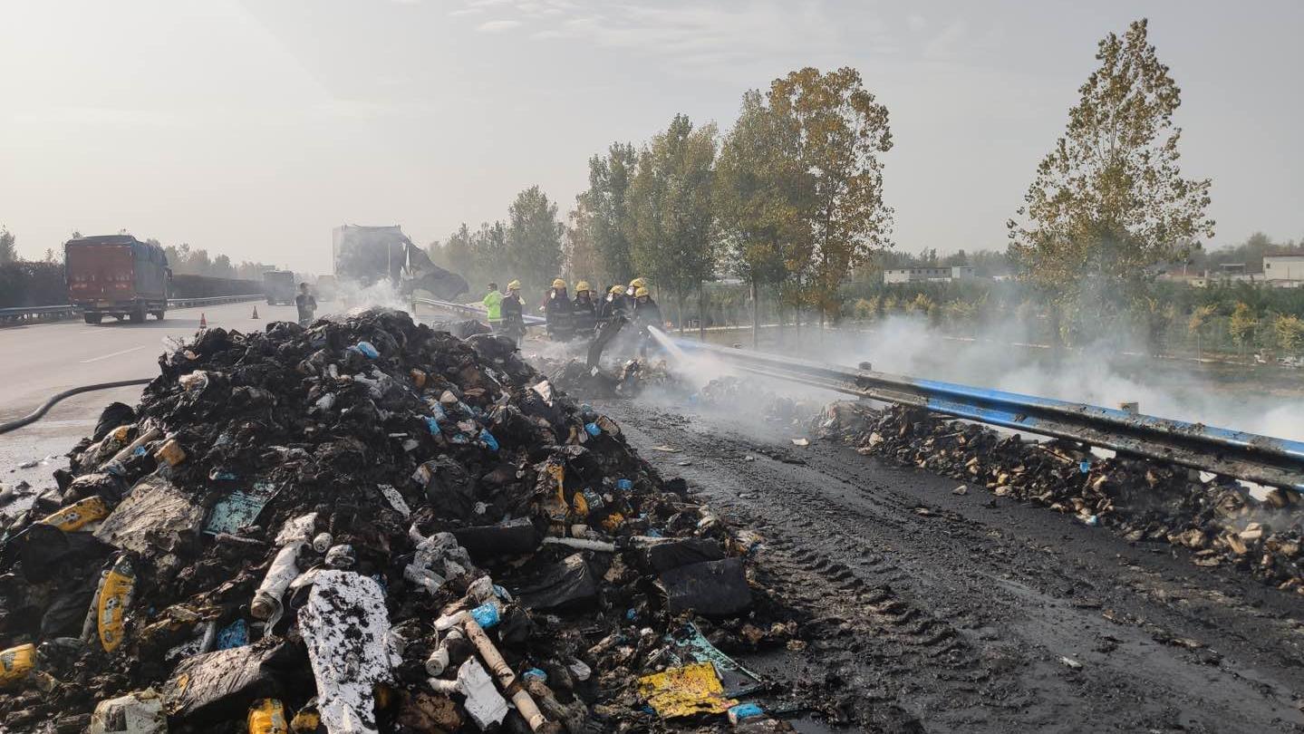 一北京開往湖南的快遞車起火,13噸包裹燒為灰燼