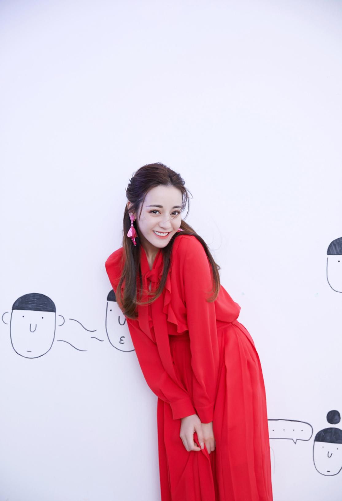 迪丽热巴一袭红裙美艳不失俏皮 搞怪摆拍活力满分