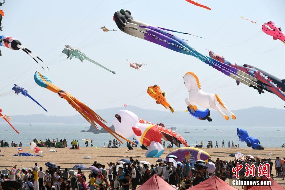 厦门海滩上演风筝狂欢节