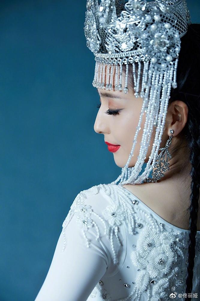 佟丽娅晒民族风造型美图 媚眼丹唇诠释独特异域风情