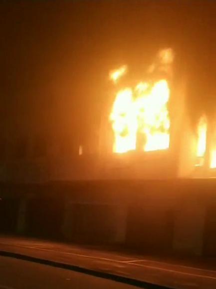 突發!江海區江海二路瑞華苑對面商鋪發生火災,部分路段交通管制