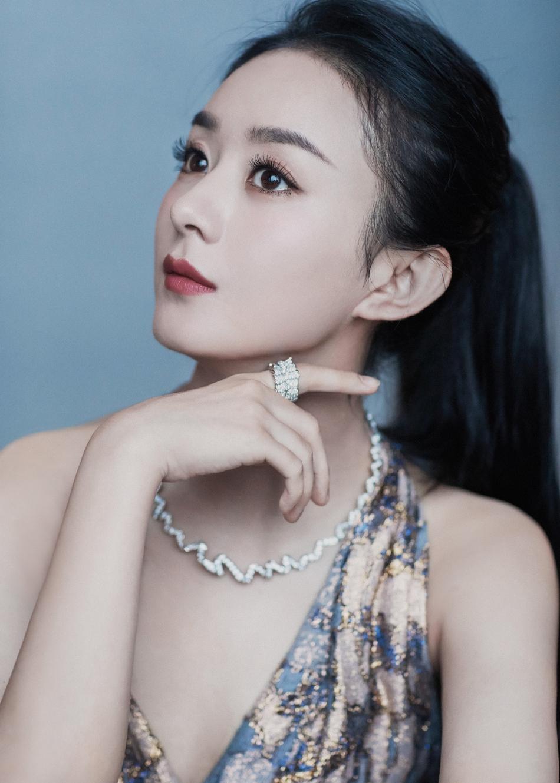 赵丽颖露背长裙超迷人