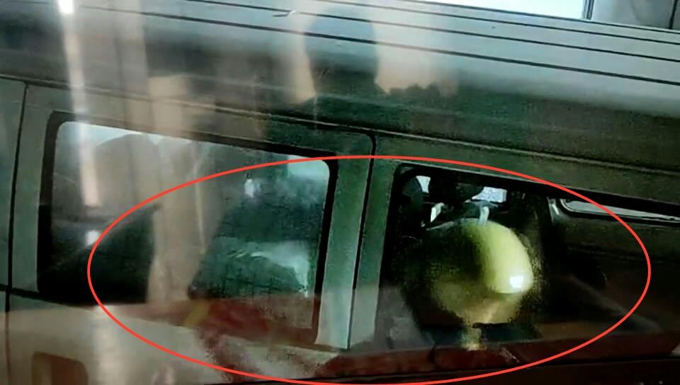 面包车无缘无故被砸烂7块车窗 监控全部拍下!