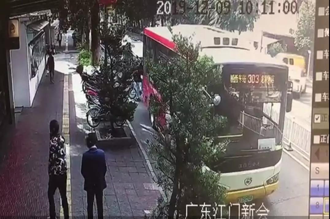 """新会公交司机""""送""""扒手到交警队 专偷老年人的窃贼""""栽""""了"""