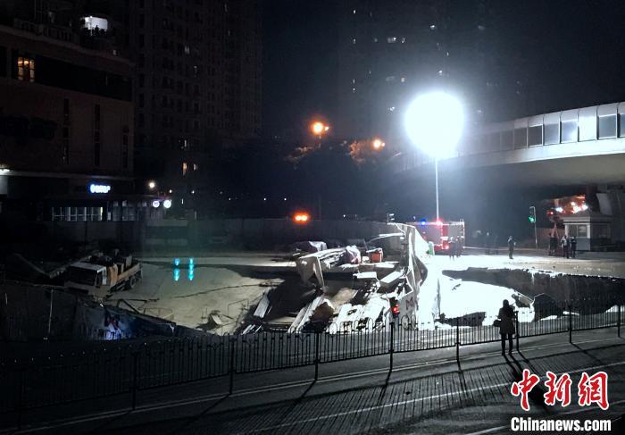 厦门一建设中地铁口附近发生地面坍塌 幸无人员受困