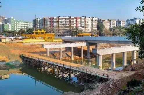 蓬江區西區工業橋北側橋梁開始架梁 春節前實現通車