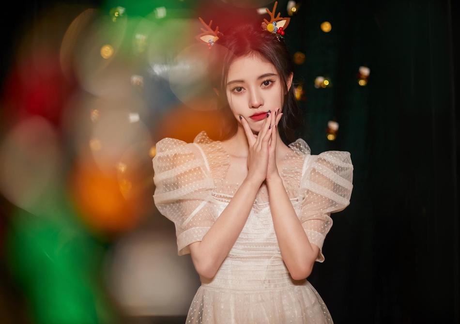 鞠婧祎戴鹿角頭飾拍圣誕節寫真 身穿蕾絲紗裙上演鎖骨殺