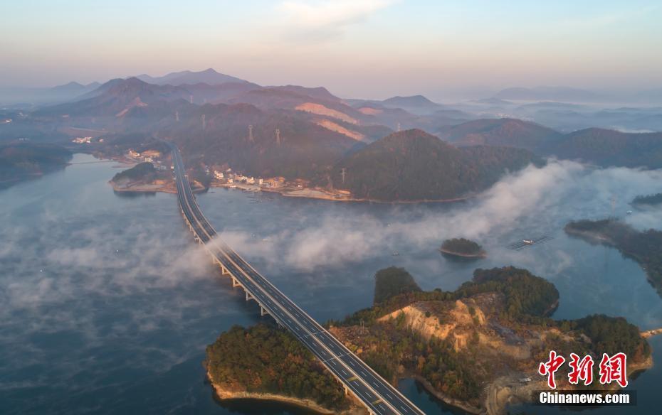 """鸟瞰江西""""最美水上高速公路"""" 云浪翻飞蔚为壮观"""
