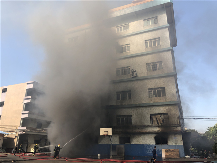 江海一廠房發生火災有人被困!江門消防緊急救援