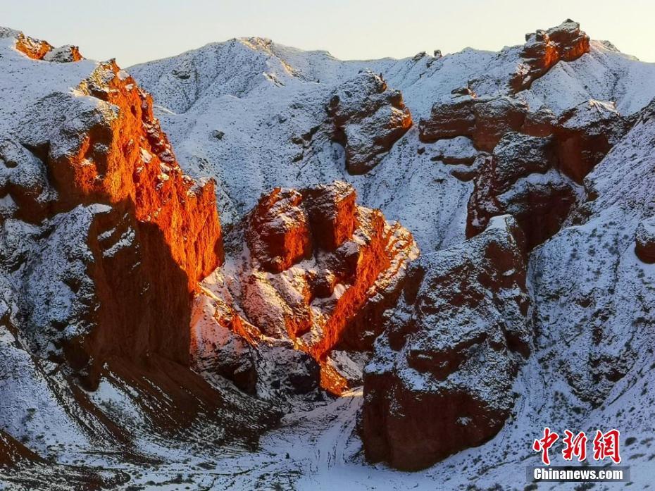 雪后甘肅紅溝丹霞景色美艷