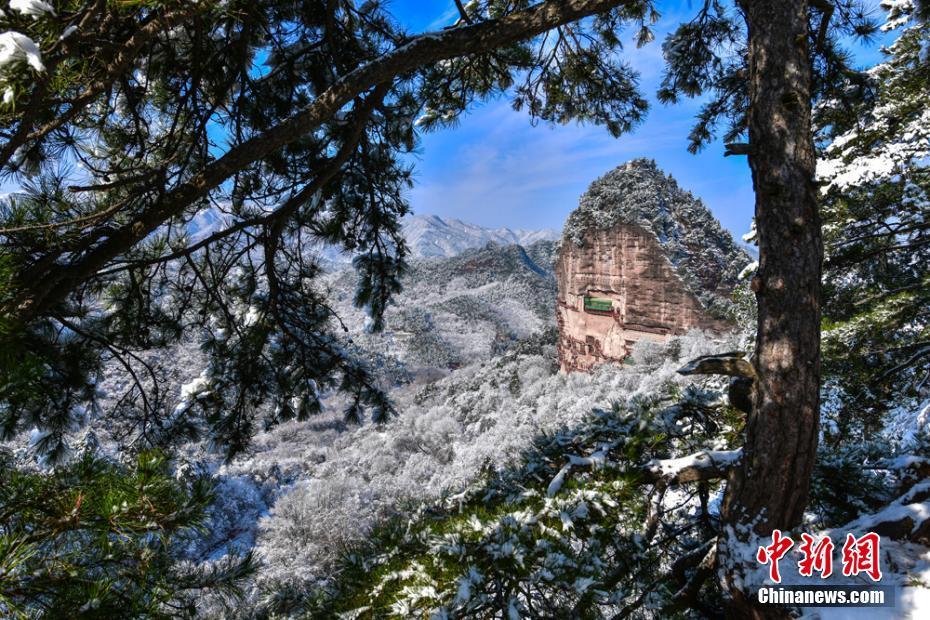 鳥瞰冬季麥積山大景區銀裝素裹孤峰突起