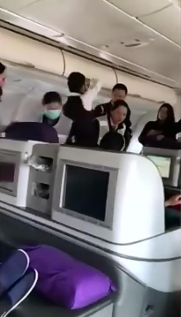 萬米高空乘客呼吸驟停!重慶飛北京航班緊急備降
