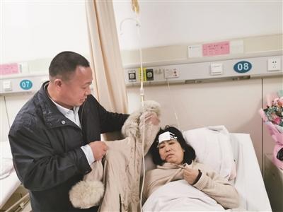 1米8高路牌突然倒下,女教師為保護學生被砸傷頭部