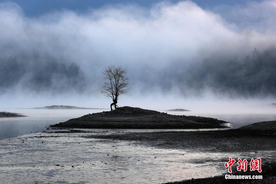黄山奇墅湖晨雾弥漫