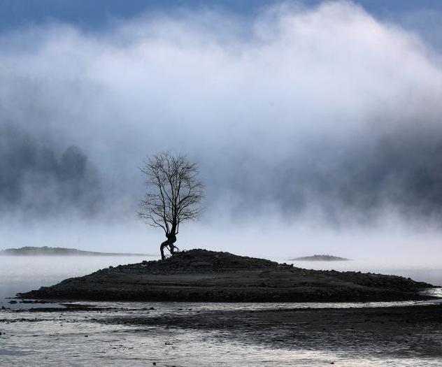 黃山奇墅湖冬日晨霧彌漫