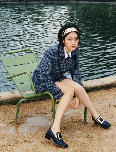 张雪胶片封面 文艺少女徜徉花园