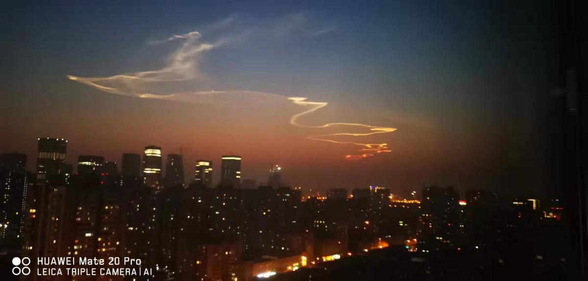 """北京夜空""""龙状祥云""""奇观刷屏 原?#35789;?#24555;舟火箭干的"""