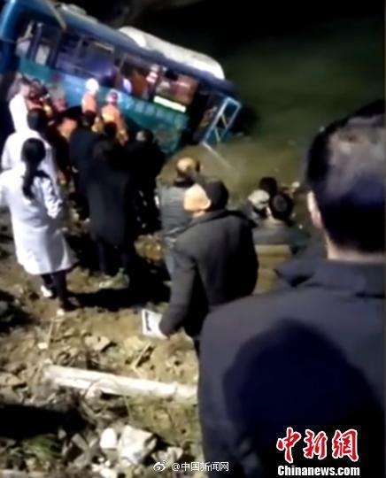 陕西宁强一辆公交车坠江 造成2人死