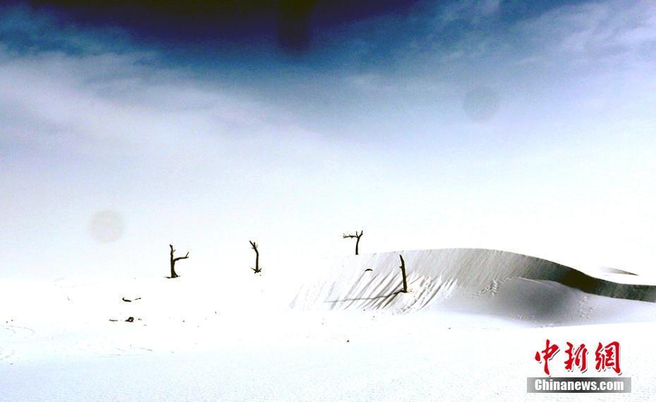 阳光洒满雪后塔克拉玛干沙漠 绘成绝美风景